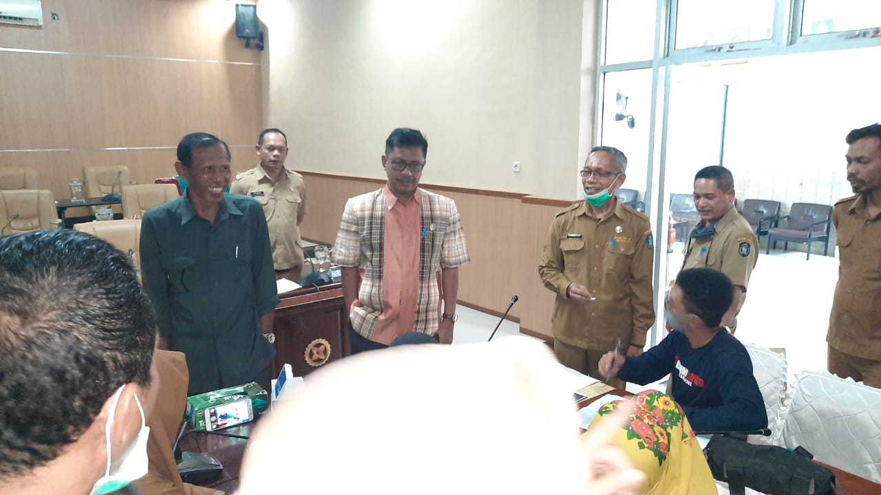 Suasana pengambilan sampel Rapid Tes di Kantor DPRD Wakatobi. Foto : Istimewa