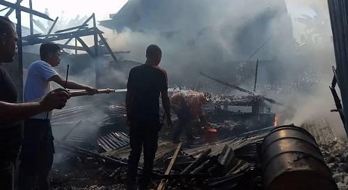 30 ton kapuk, bahan dasar pembuatan kasur dalam gudang di Kota Baubau hangus terbakar