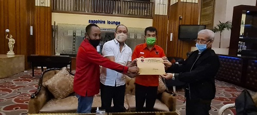 Bakal calon bupati dan wakil bupati, Ruksamin (Baju putih)-Abu Haera (kiri) saat foto bersama Ketua DPD Sultra Lukman Abunawas, Ketua PDC PDI Perjuangan I Made Tarubuana
