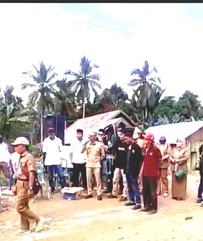 Camat Angata,Hasran Parenda bersama warga tuntut perbaikan jalan.