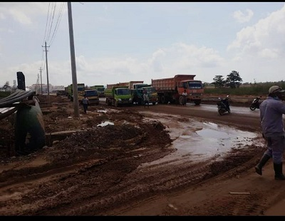 Pemblokiran Jalan di Area Tambang PT VDNI dan PT OSS