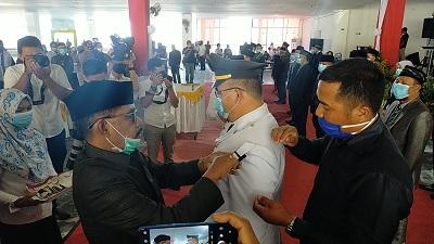Bupati Kolaka Utara Drs. H. Nur Rahman Umar, MH saat menyematkan pangkat secara simbolis kepada pejabat yang dilantik