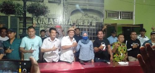 Calon Bupati Ruksamin dan calon Wakil Bupati Abu Haera saat menerima sahabat Sudiro di posko utama pemenangangan Ruksamin-Abu Haera