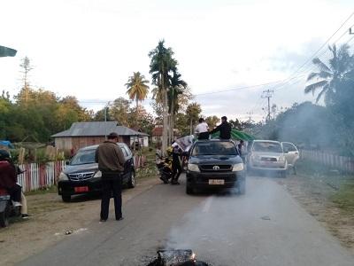 Suasana pemblokiran jalan Poros Raha-Lakapera