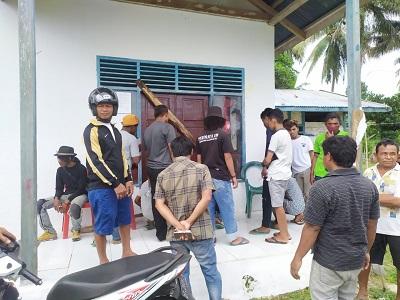 Suasana penyegelan kantor Kelurahan