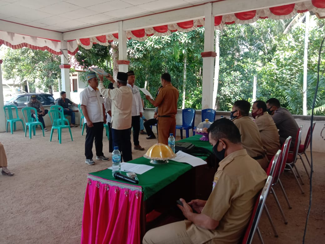 Prosesi pelantikan tiga perangkat Desa Rante Gola, Kecamatan Bonegunu oleh Pj Kades, Hasmin. Foto: Ist