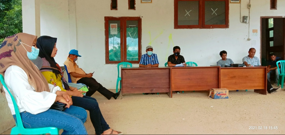 Plt Kepala DPMD, Hazimuddin Hamdan (tengah kemeja biru) dan Kabag Hukum Setda Butur, Jumadil Faisal (kemeja hitam) saat mendatangi Kantor Desa Rante Gola, Kamis 18 Februari 2021. Foto: Adnan