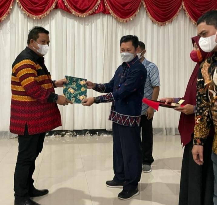 Bupati Muna, LM Rusman Emba (Kiri) saat menerima SK DPK IKAPTK. Foto : Arto Rasyid.