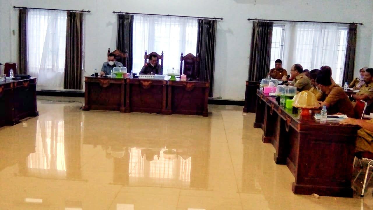 Nampak rapat Banggar dalam agenda pembahasan APBD Perubahan diruang rapat gabungan komisi DPRD Muna. (Ist.)