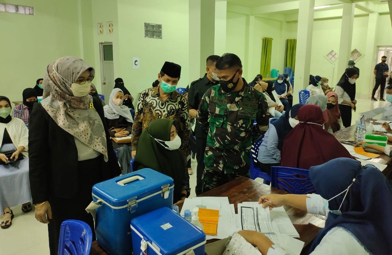 Kodim 1413 Buton bersama Universitas Muhammadiyah Buton menggelar kegiatan vaksinasi massal. Sebanyak 117 Mahasiswa dari berbagai jurusan ikut dalam kegiatan vaksinasi tersebut. Foto: Adhil/mediakendari.com